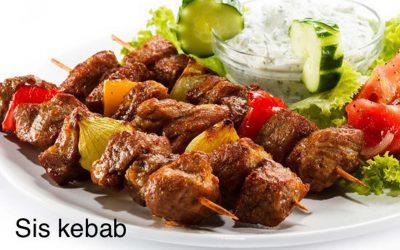 Sis kebab (geroosterd rundvlees aan spiesen) voor bij een BBQ