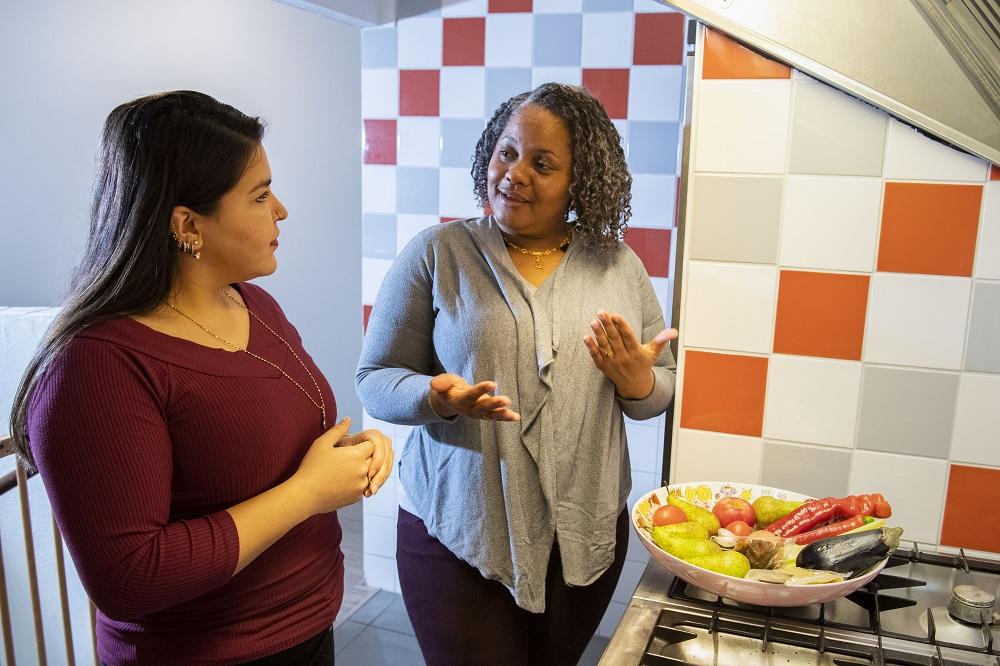 Kathleen Paal en cliënt in keuken 3